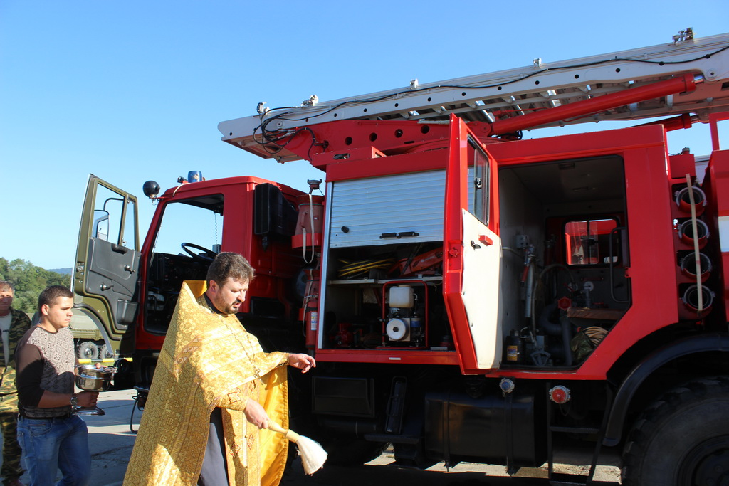 В станице Сторожевой освятили транспортные средства и колесную технику воинской части